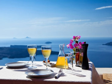 Santorini : The most extraordinary island in the Aegean